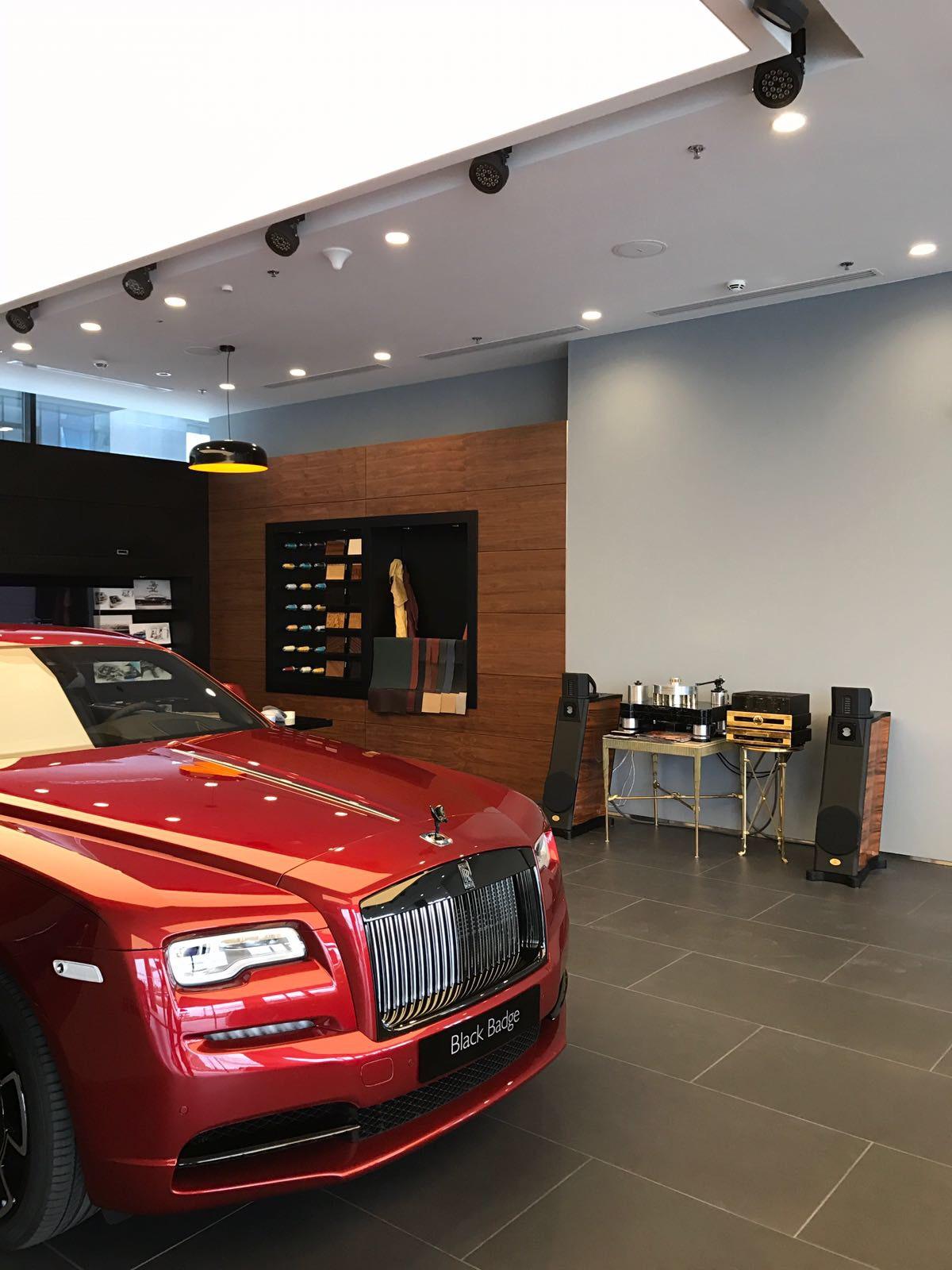 I diffusori Sigma Acoustics in dimostrazione presso la Rolls Royce Boutique di Dubai