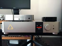 Just to make comparisons, above the NADAC on the left you see the DiDiT DAC212 and on the right the Apple TV.