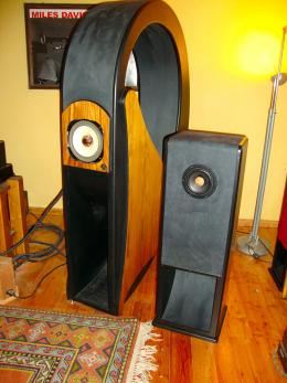 On the left, the Giotto. A horn speaker with a round tractrix shape, without internal folds or corners, to maximize<br />efficiency and velocity of emission. On the right, the Swinghorn.<br /> With its 94 dB sensitivity it can adapt to any tube amp and its horn configuration offers maximum transparency and facility of emission.