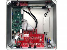 From left to right and clockwise: the large RAVENNA green mainboard; the green printed circuit of the feeds; the small board at the top left for the headphones outputs; the red one of the multifunction / volume knob and the display; the red one placed behind the front, which deals with the lighting of the company logo; the power supply, shielded by an aluminum flange; the IEC tray and fuse holder; the large red DAC flat board, digital inputs, external clock and analog outputs and the green Ethernet connection board.